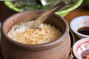 bränt ris i lerkruka.
