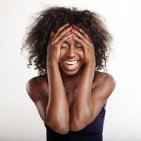 känslomässig svart kvinna ropar och håller huvudet foto