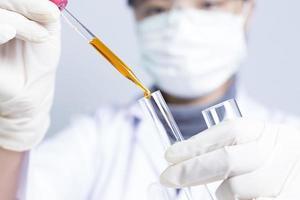 kvinnliga forskare: forskare håller på en flytande lösning foto