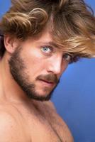 stilig man med skägg och blå ögon foto