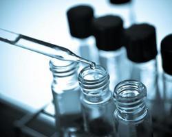 tappar kemisk vätska till provröret