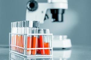 arbetsbänk i mikrobiologiskt laboratorium