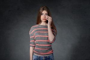 förargelse, sorg, frustrationskoncept. kvinna gråter av förargelse foto
