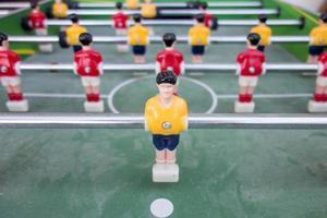 bordfotbollsmatch med gula och röda spelare foto