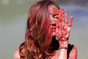 tjej med färgglad färg på ansiktet, Indien foto