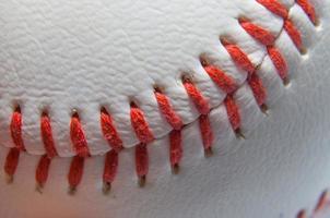 nära med tanke på en baseball och röda sömmar foto