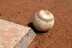 baseboll - boll och homeplate foto