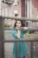gata porträtt av ung kvinna foto