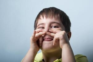 pojke som gör ett ansikte foto