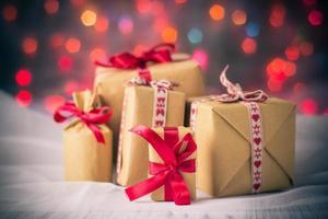 paket presenterar jul bakgrund färgade ljus gåva foto