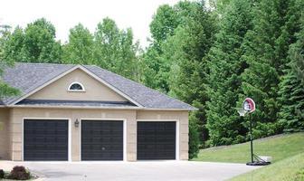 tre dörrar garage foto