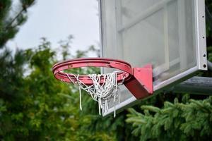 nära basket hoop foto