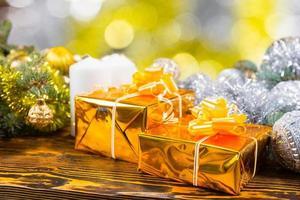 festliga gyllene presenter på bordet med dekorationer foto