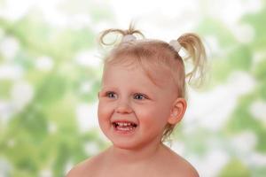 glad liten flicka
