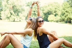 två glada flickor tvillingar foto