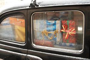 bil med presenter foto