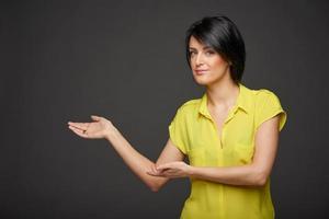 kvinna visar kopia utrymme foto