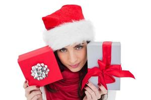 glad brunett innehav julklappar