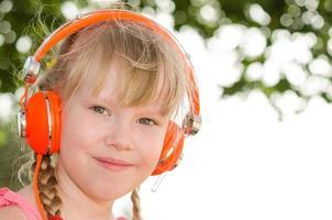 närbild porträtt av glad tjej lyssnar lektion foto