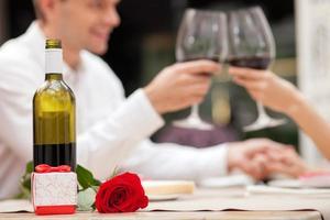 glada älskande par firar på café foto