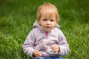 ung bedårande glad baby i parken foto