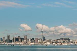 Auckland horisont med kopia utrymme foto