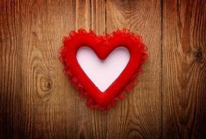 rött hjärta på trä med kopieringsutrymme foto