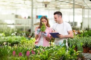 unga botaniker i växthus foto
