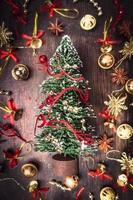 julkort med granträd, guld och röda dekorationer
