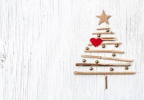 julgran med rött hjärta och kopia utrymme foto