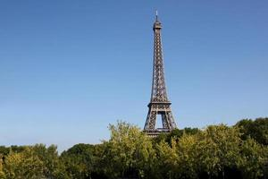 paris: utsikt över Eiffeltornet med kopieringsutrymme foto