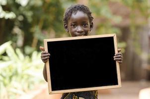 afrikansk liten flicka och en svart tavla - kopia utrymme