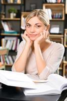 charmig kvinna i bibliotekets läsrum foto