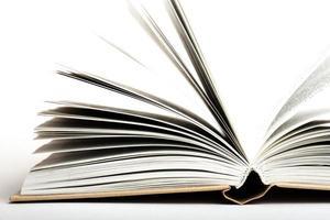 öppen bok på vit bakgrund foto
