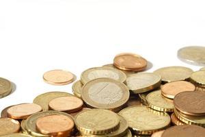 hög med euromynt med vit kopia utrymme foto