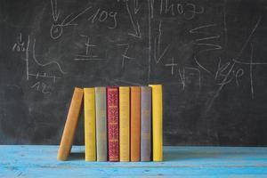 böcker och svart tavla foto