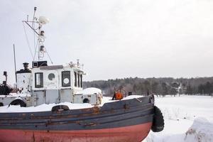 gammalt bogserbåt på vintern med kopieringsutrymme foto