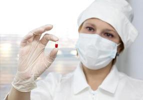 medicinsk forskare utforskar den nya medicinen foto