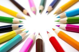uppsättning av ritningar med flera färgpennor med kopieringsutrymme foto