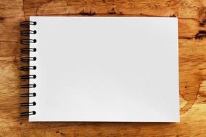 anteckningsbok på trätexturbakgrund med kopieringsutrymme foto