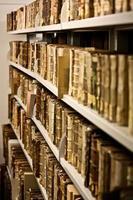 gamla böcker på hyllan foto