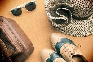 skor, solglasögon, hatt och väska - kopia utrymme för text foto