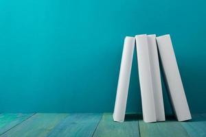 rad med böcker, grungy blå bakgrund, ledigt kopieringsutrymme foto