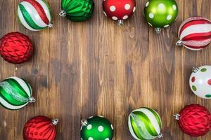 lyxig färgglad julboll på träbakgrund med kopieringsutrymme foto
