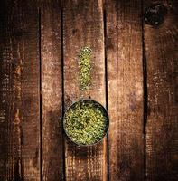 blandade kryddor på en träbakgrund med kopieringsutrymme. olika foto