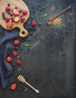 bärram med kopieringsutrymme till höger. jordgubbar, hallon, blåbär foto