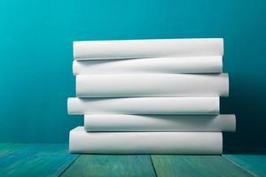 bunt med vita böcker, grungy blå bakgrund, fritt kopieringsutrymme foto