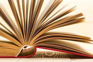 öppen bok på träbord. tillbaka till skolan. kopiera utrymme