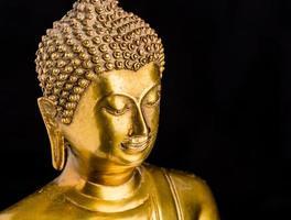 buddha staty på svart bakgrund foto