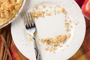 overhead av paj, äpple, kanel, kopiera mellanrum smulor på plattan foto